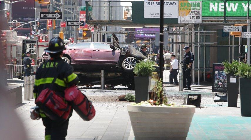 <p>Un auto atropelló a peatones en Times Square</p><p></p>