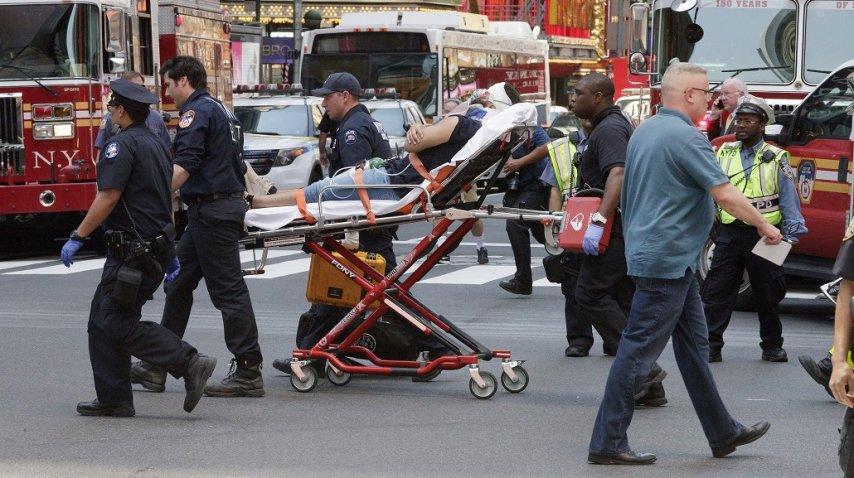 Un auto atropelló a peatones en Times Square