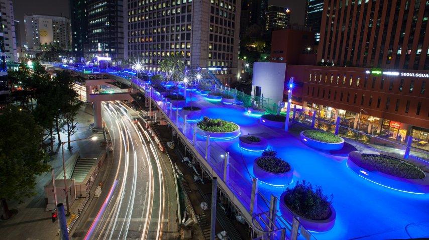 Vista nocturna de Seoullo 7017, una vía peatonal suspendida<br>