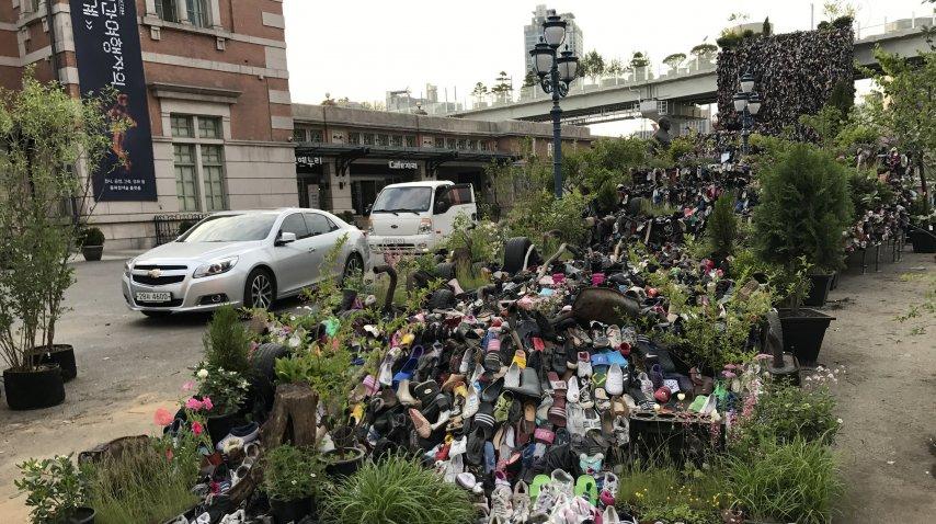 Una instalación con 30 mil zapatos viejos adorna la entrada a Seoullo 7017<br>