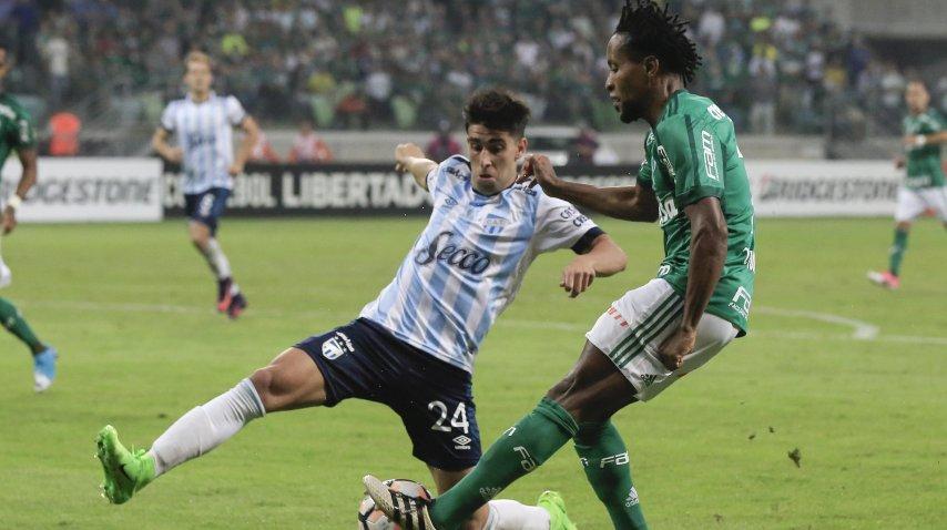 Leonel Di Plácido marcando a Ze Roberto<br>