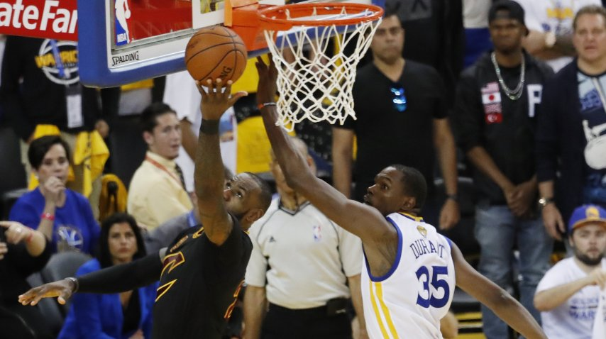 Kevin Durant intenta un bloqueo en la final<br>