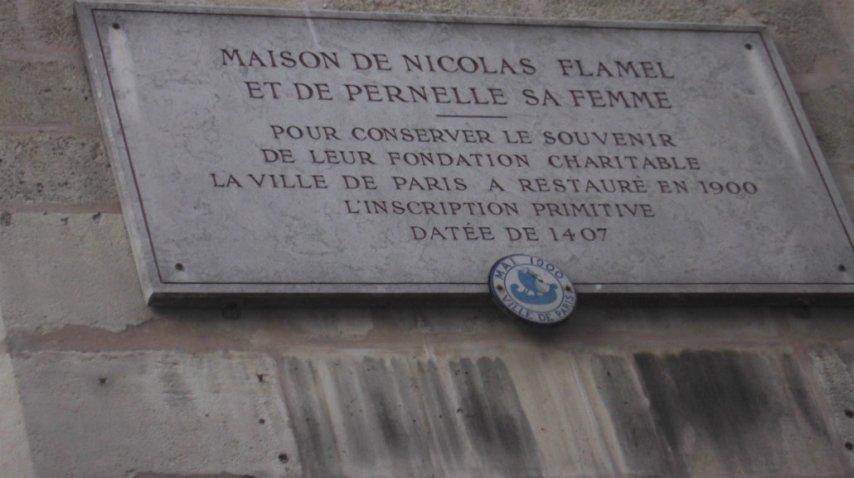 Una placa conmemorativa en la entrada de la casa más antigua de París<br>