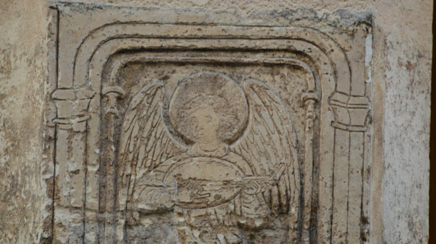 Algunas inscripciones y relieves quedaron en la pared<br>