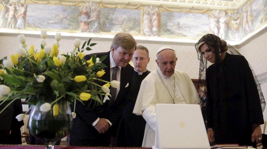 Los reyes de Holanda le obsequiaron un ramo de tulipanes al Papa<br>