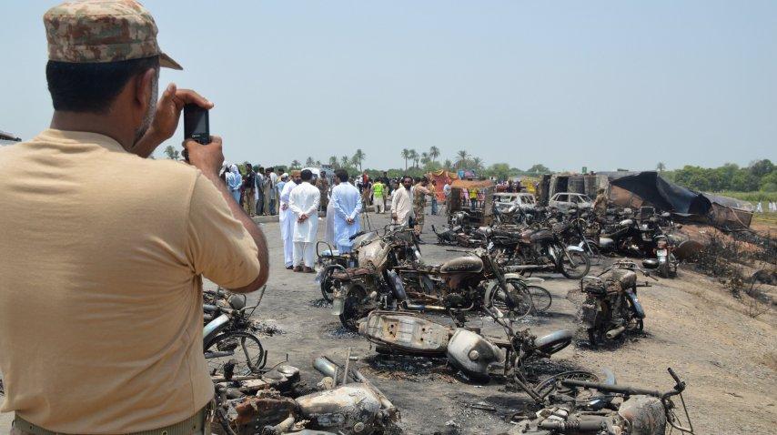 Al menos 120 muertos por la explosión de un camión cisterna en Pakistán