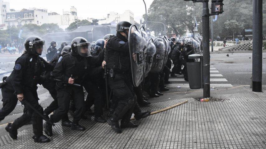 Infantería reprimió a los manifestantes que cortaban la 9 de Julio<br>