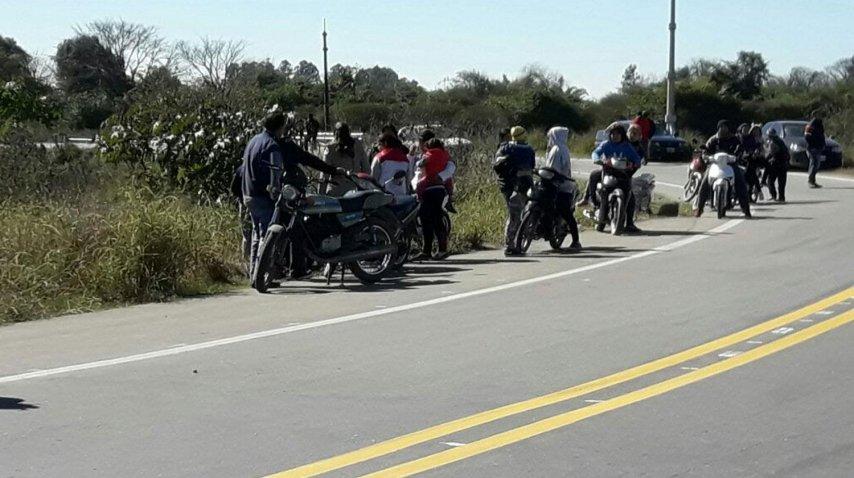 Algunos llegaron en motos a retirar las botellas<br>