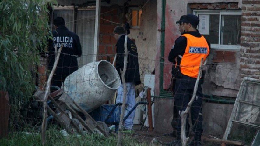 Policía en el interior de la vivienda del menor baleado<br>