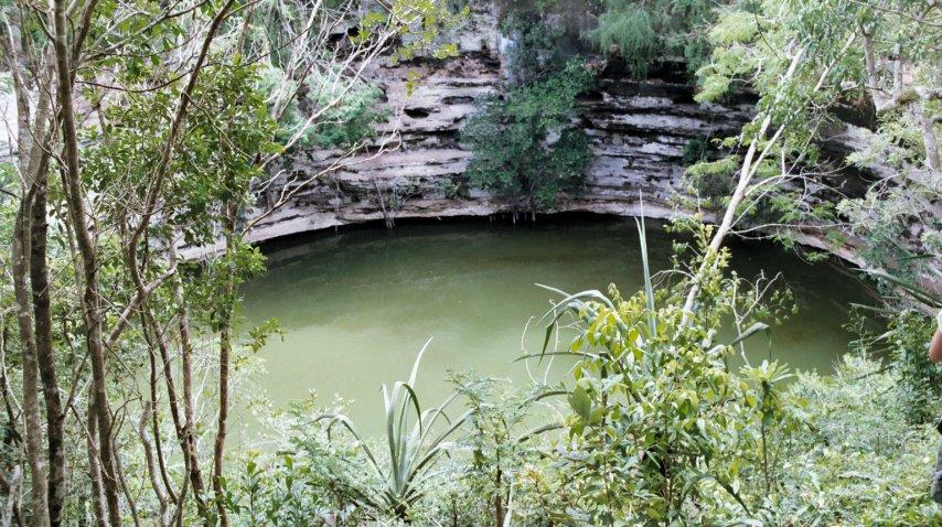 El <b>Cenote Sagrado</b> tiene una depresión circular rellena de agua de 60 metros<br><br>