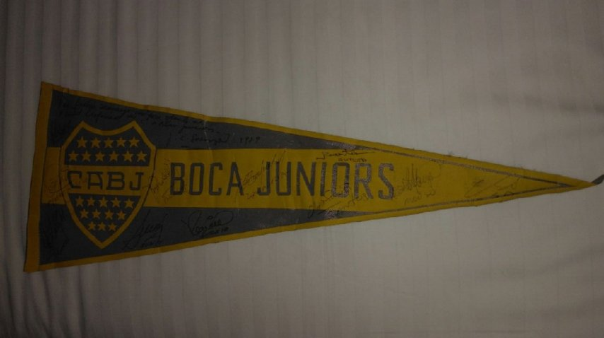 El banderín de Boca firmado para Andrea Xeneize
