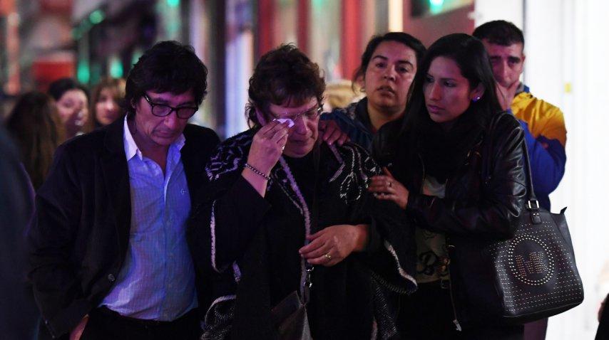 Silvia Pérez, acompañada por sus allegados durante el velatorio de su hija Anahí<br>