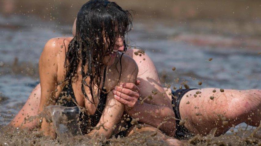 <p>Jugaron semidesnudos en el barro de Woodstock Polonia - Crédito:&amp;nbsp;ALAMY LIVE NEWS</p><p></p>