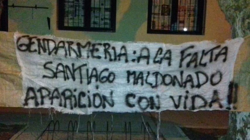 Colgaron una bandera en la escuela en la que debe votar Santiago Maldonado<br>